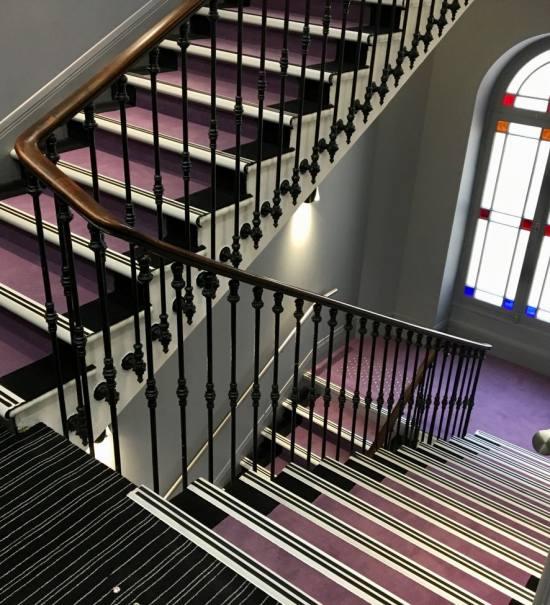 Hotel 66 4 **** à Nice escalier