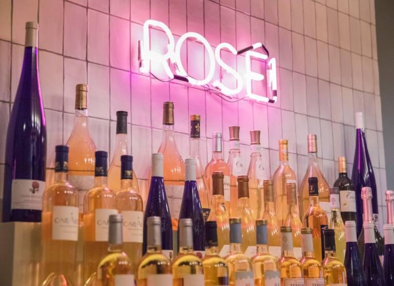 Rosé, la bar à vins spécialisé dans les vins rosés à Nice (comptoir)