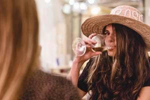 Rosé, la bar à vins spécialisé dans les vins rosés à Nice (cliente)