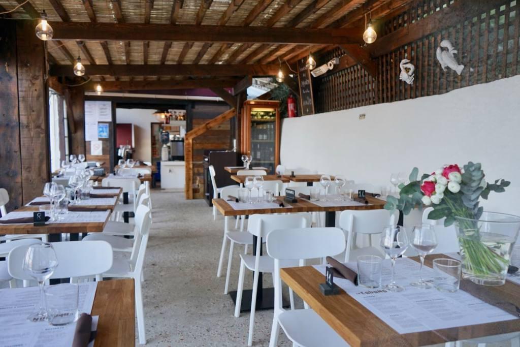 La cabanon, restaurant les pieds dans l'eau sur la plage de buse à Roquebrune Cap Martin (salle)