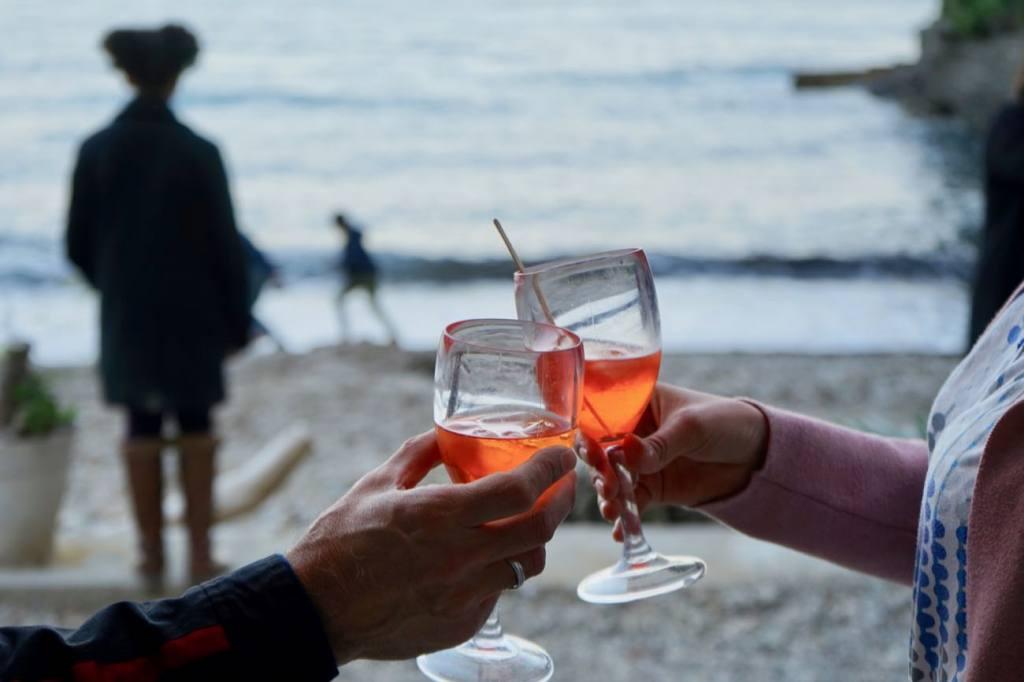 La cabanon, restaurant les pieds dans l'eau sur la plage de buse à Roquebrune Cap Martin (apero)