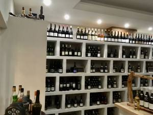 Glouphile, wine cellar and bar in Nice (displays)