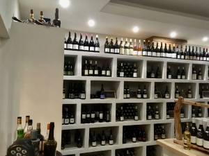 Glouphile, wine cellar and bar in Nice (displays)
