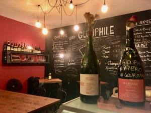 Glouphile, wine cellar and bar in Nice (interior)