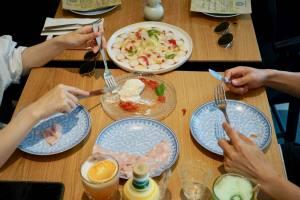 Miamici, Italian trattoria in Nice (sharing food)