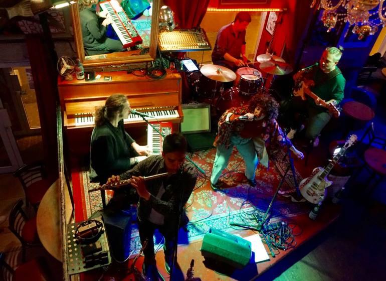 Shapko, cafe-concert dans le Vieux-Nice (scène)