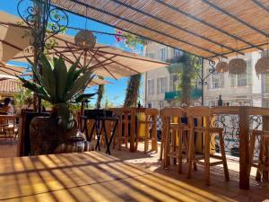Bocca Nissa, bar à cocktails, restaurant et rooftop sur le Cours Saleya à Nice (parasols)