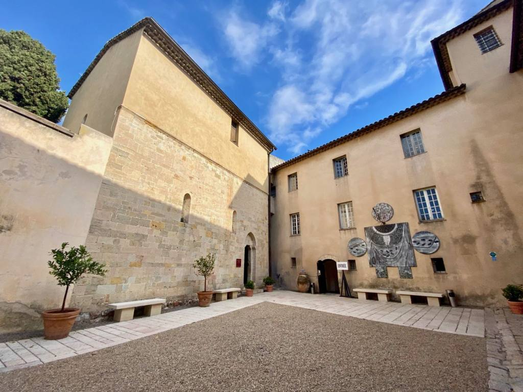 Musée Picasso, la guerre et la paix de Vallauris (cour)