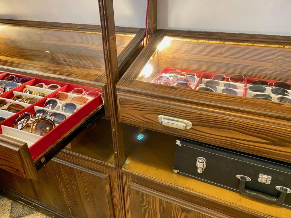 Harrison, opticien et lunetier vintage à Nice (tiroirs lunettes)