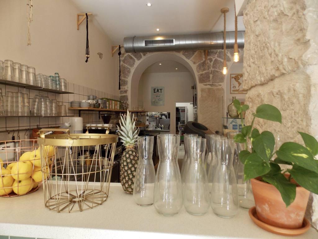 Paper Plane, restaurant vegan à Nice (carafes)