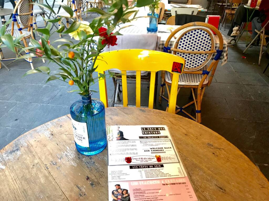 Le cafe des chineurs, tapas bar in Nice, city guide love spots (table)