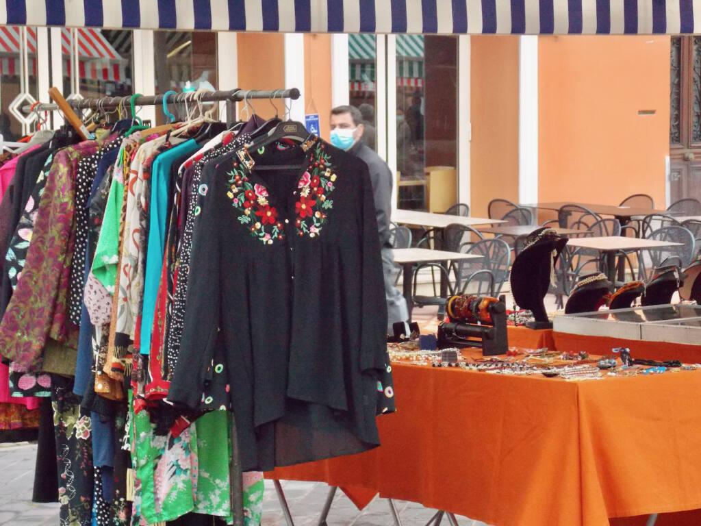 Marché des antiquaires à Nice (vêtements)