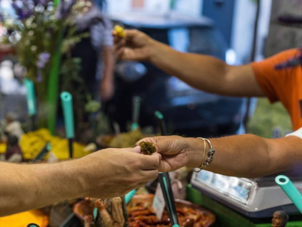 Marché provençal Antibes, city guide love spots (produce)