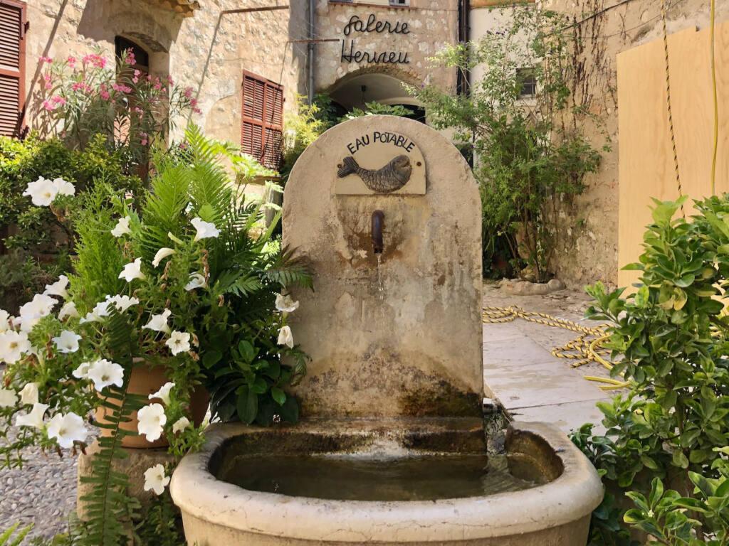 Saint-Paul-de-Vence, village d'artistes (fontaine)