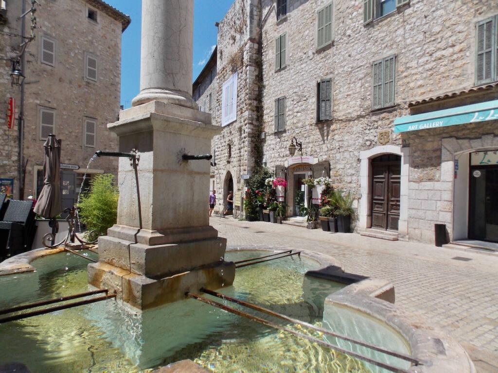 Vence, village historique (fontaine)