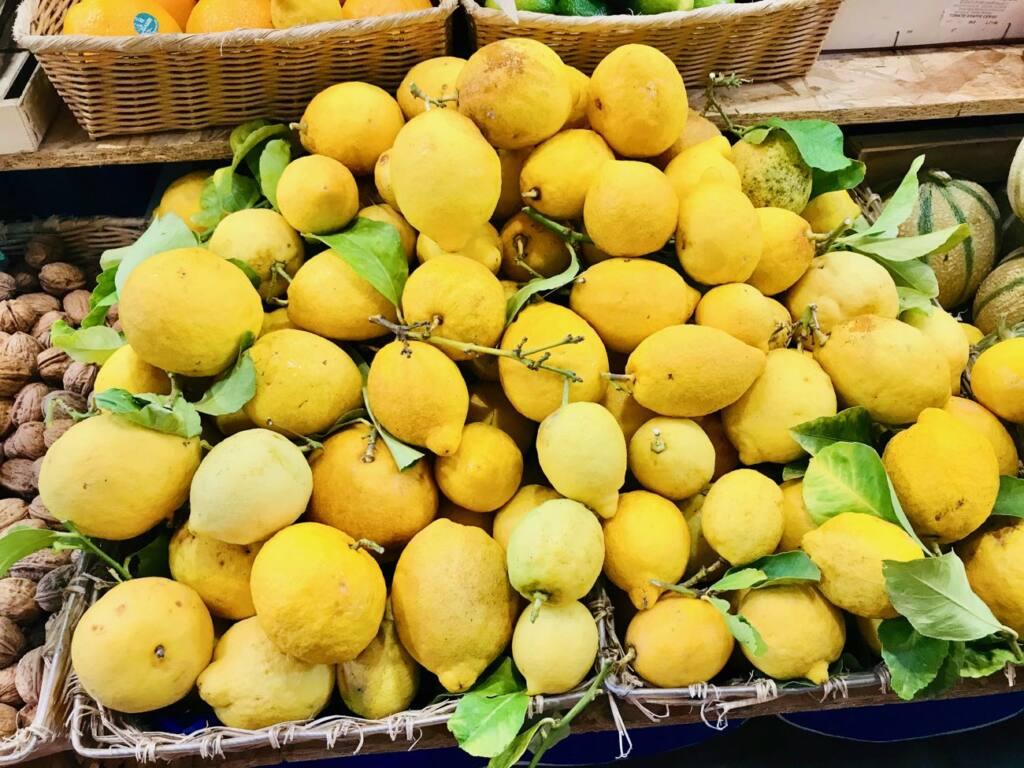 Halles de Menton: marché couvert de produits frais et d'artisans (citrons)