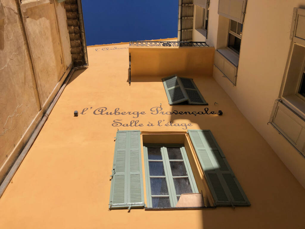 Valbonne village provençal (façade ocre)